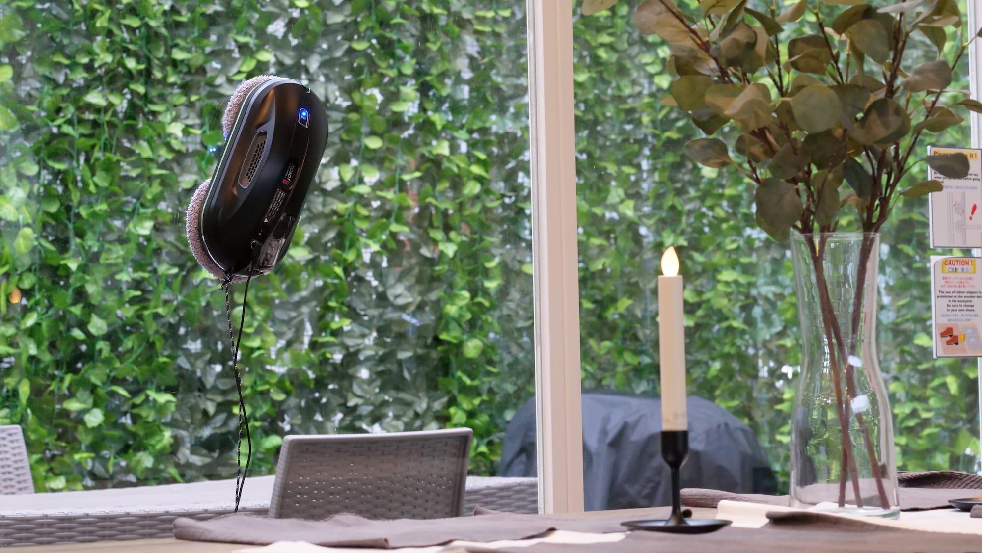 窓や壁に吸着して乾拭き・水拭き掃除する窓ふきロボット「HOBOT388」